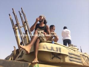Hommes de Fadjr Libya, triomphant sur un tank. se présentent comme les libérateurs du chaos dans lequel est plongé la Libye depuis 2011.
