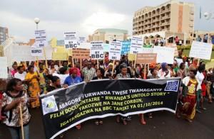 Manifestations devant le siège de la BBC à Kigali (image : The New Times, quotidien rwandais d'actualités)