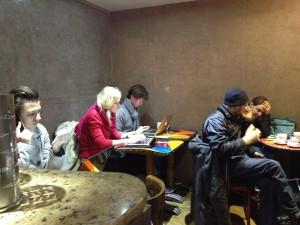Dans un café, le 08 janvier, une pléthore de journalistes TV du monde entier préparent leurs reportages. Photo : CS, Intégrales Mag